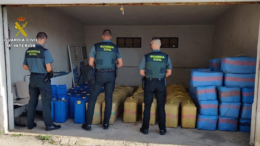 Un guardia civil y otro exagente detenidos en Vinaròs por su relación con un alijo de 2.500 kilos de hachís