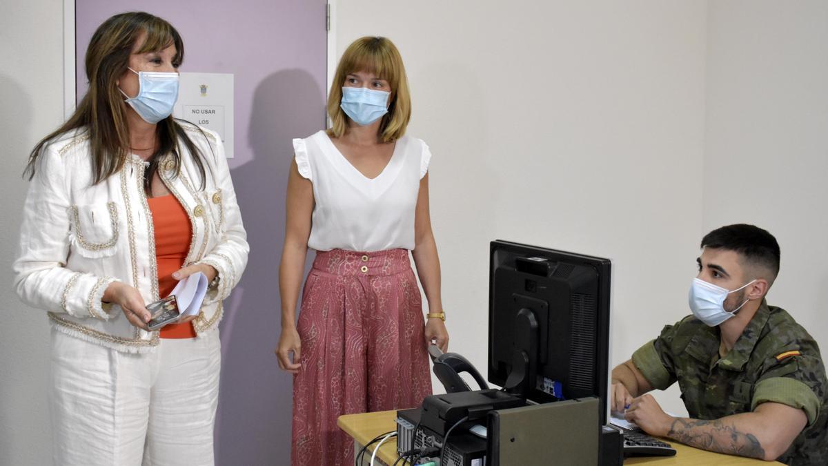 Pilar Alegría y Sira Repollés, este lunes, durante la visita a los rastreadores.