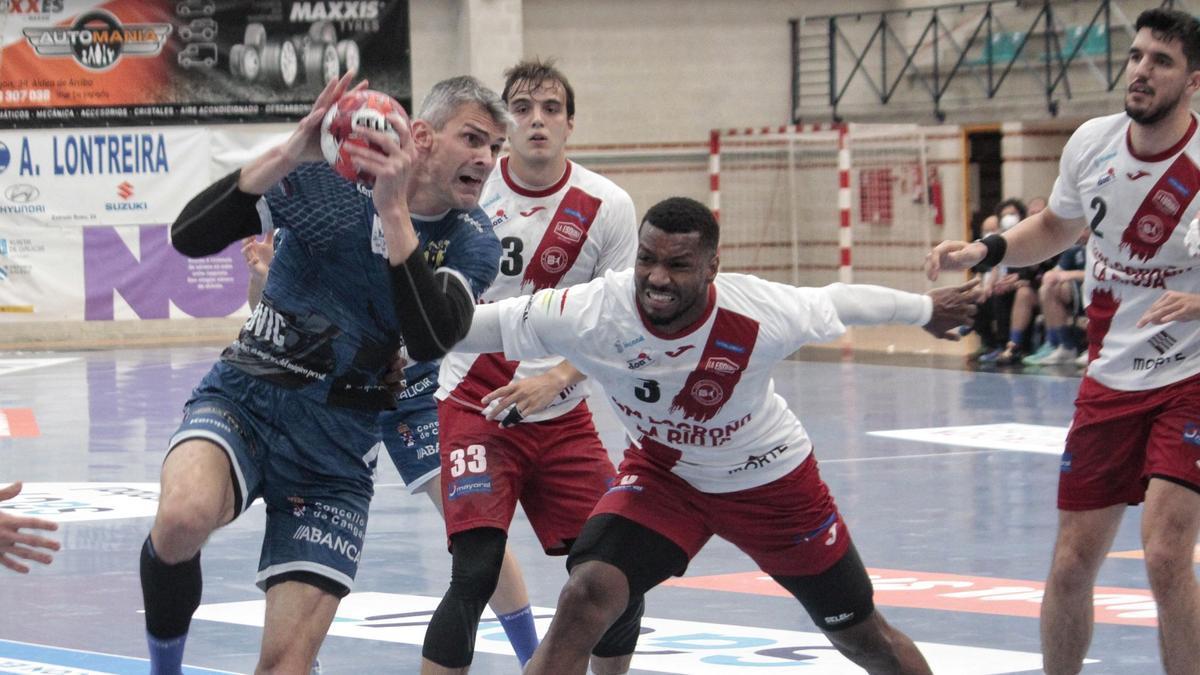 Alen Muratovic con Delcio Pina en una acción del duelo de esta tarde.
