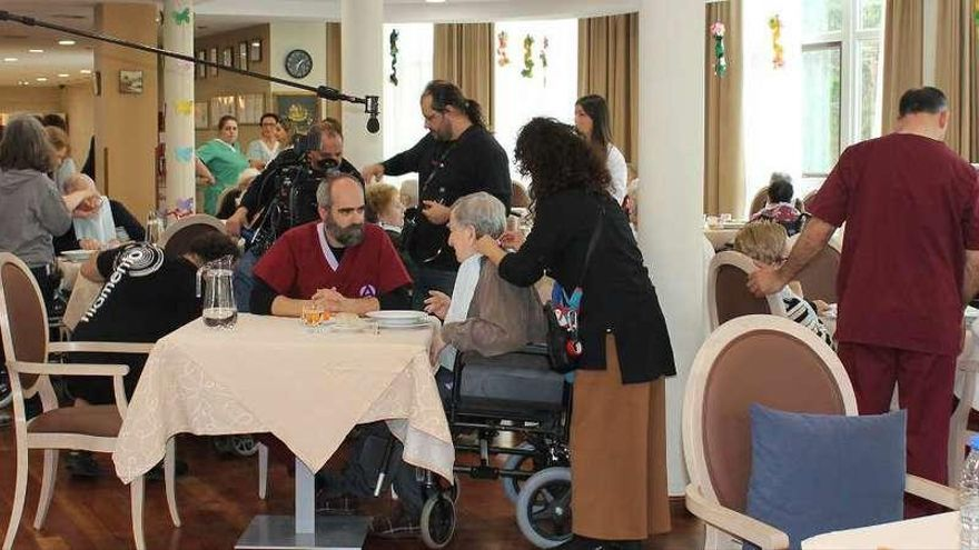 Tosar comparte rodaje con mayores de Oleiros
