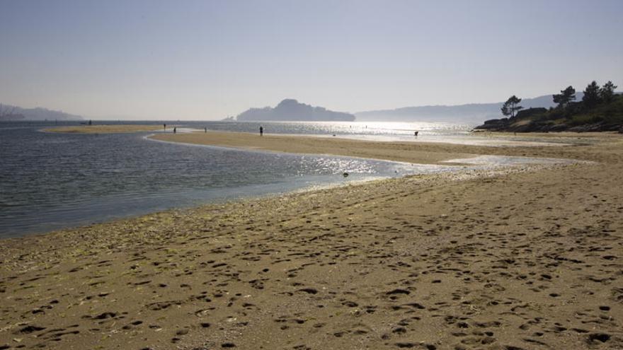 Dos perros atacan a una mujer en una playa de Poio