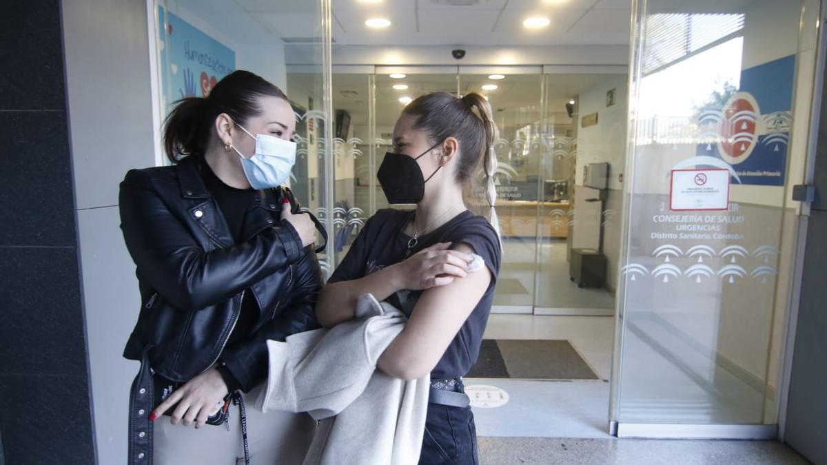 Estudiantes de la Fundación Albor, tras recibir la vacuna de AstraZeneca, este miércoles en el centro de salud del Sector Sur.