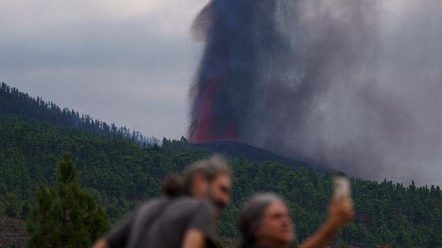 Refuerzan los controles de carreteras cerca del volcán por el aumento de curiosos