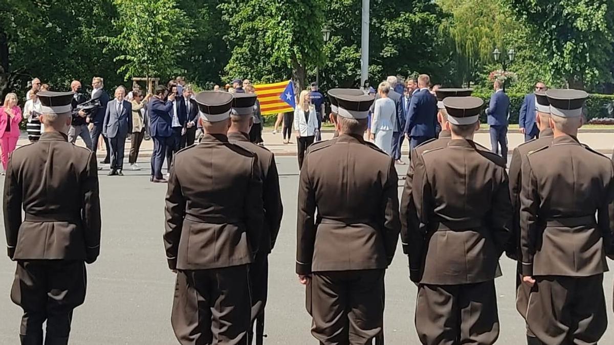Una bandera estelada, durante una ofrenda floral en Letonia durante la visita de Pedro Sánchez.