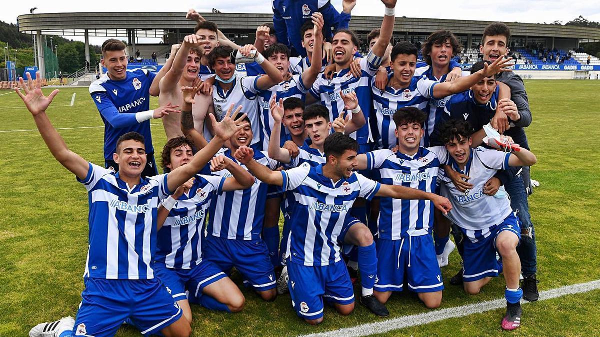 El Dépor juvenil celebra el campeonato del grupo noroeste, el primero en once años. |  // C. PARDELLAS