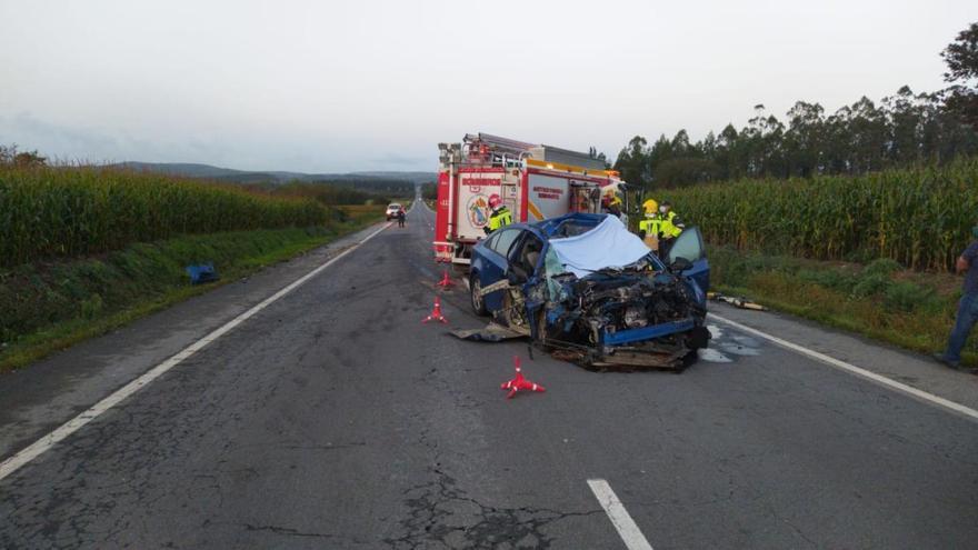 Fallece en Santa Comba al chocar su coche contra una retroexcavadora