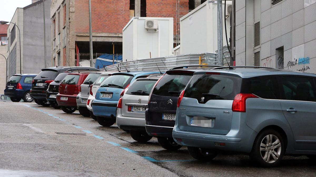 Coches estacionados en la calle Vázquez Varela. // Marta G. Brea