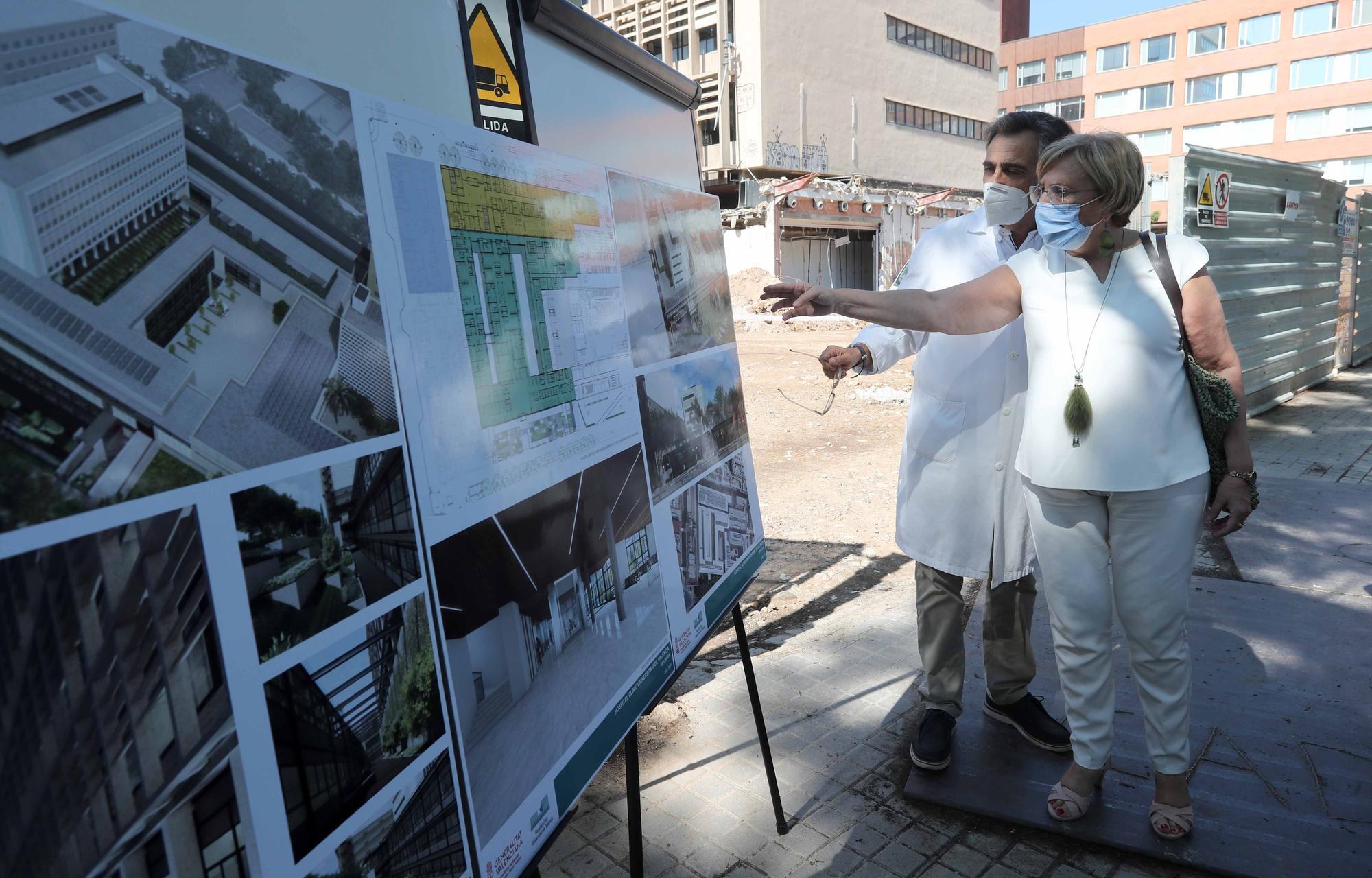 Ana Barceló visita las obras de ampliación del Hospital Clínico