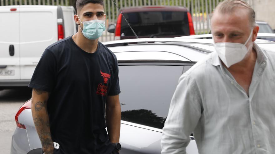 Juan Berrocal llega a Gijón para firmar su cesión una vez renueve con el Sevilla