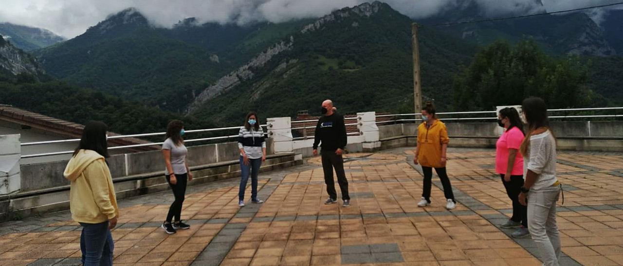El instructor Armando Carriles, en el centro, con las participantes en el curso de defensa personal. | María Villoria