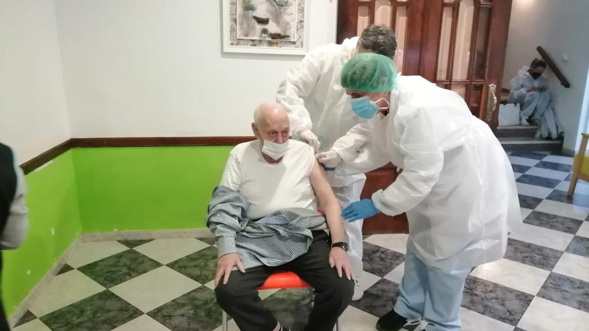 Momento en el que se le inyecta la vacuna a Sebastián Catalán