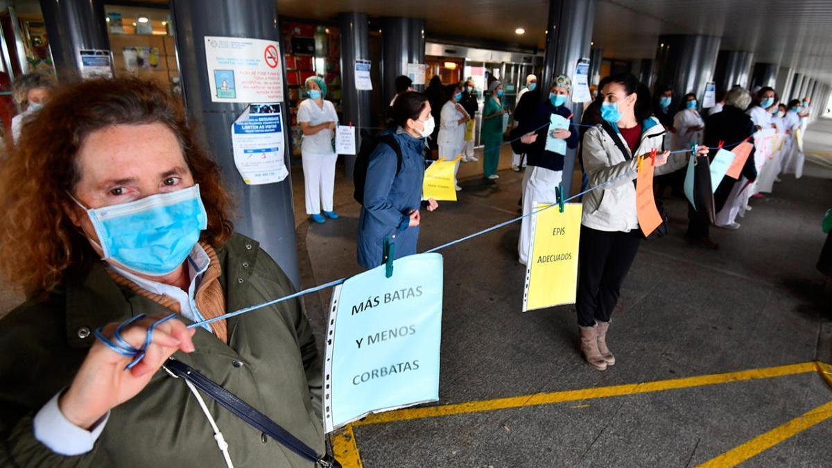Sanitarios gallegos en una protesta en el hospital de Pontevedra