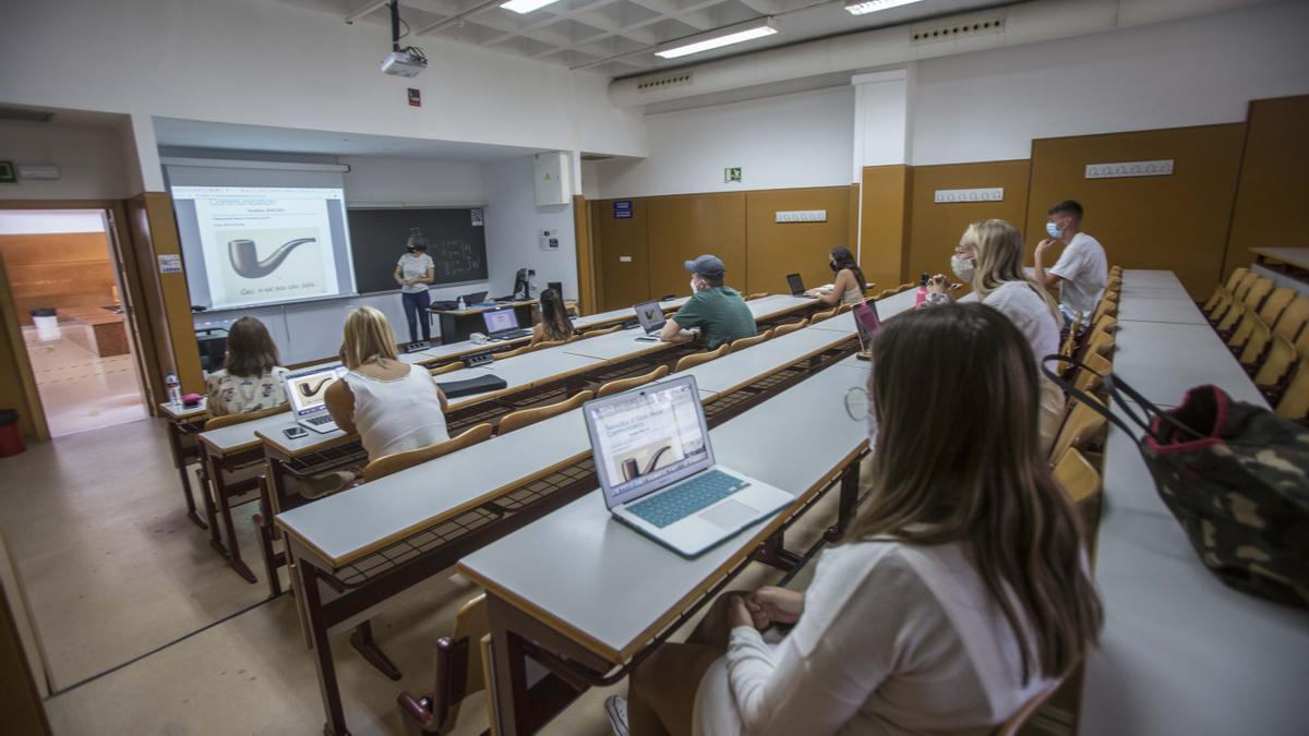 Un grupo de alumnos sigue una clase en inglés de Semiótica de la Comunicación en el aulario II.