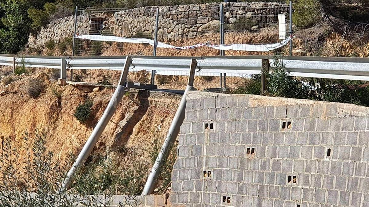 El tramo de la carretera de acceso a la Partida Caña Cerveres, con las tuberías y bloques instalados por el vecindario. | LEVANTE-EMV