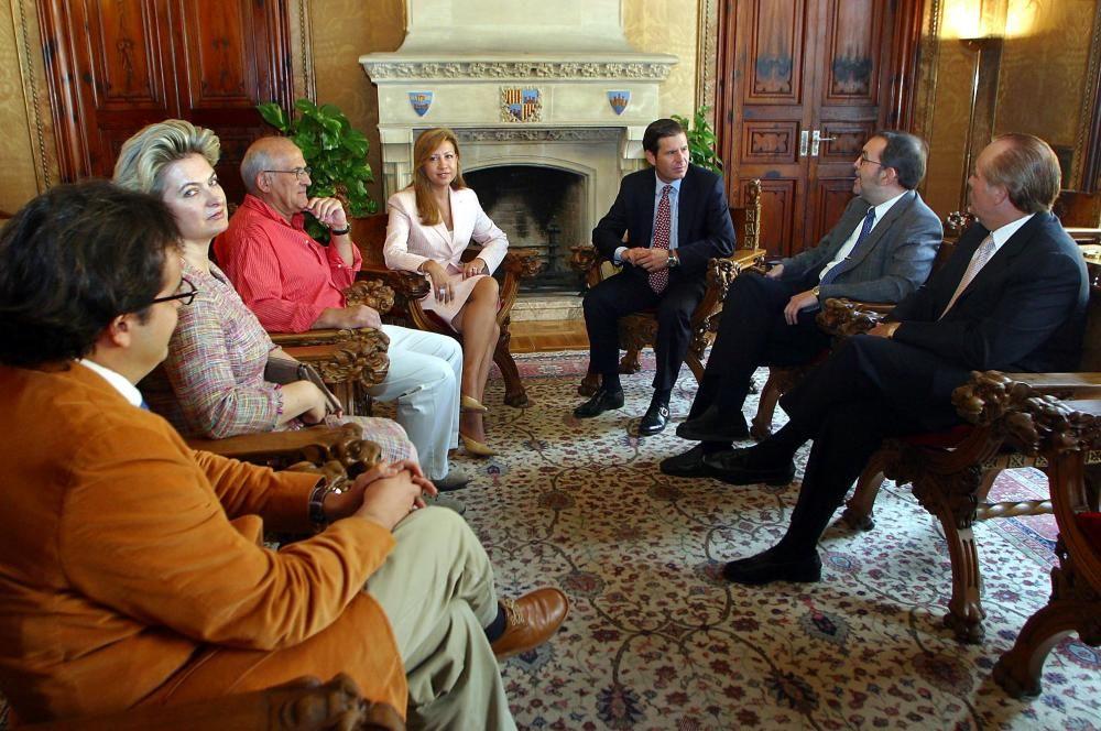 Cursach (primero por la derecha) y el consejo de administración del RCD Mallorca, recibidos por Maria Antònia Munar, presidenta del Consell en 2003.