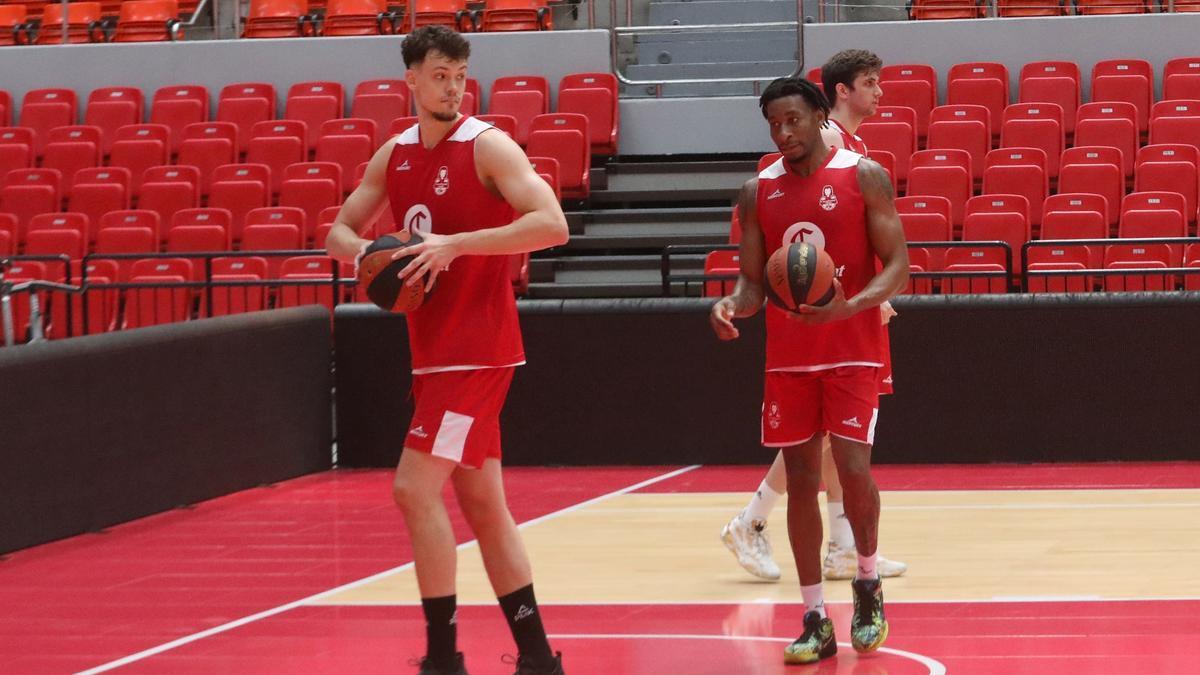 Vanwijn y Okoye, en un entrenamiento en el Príncipe Felipe.