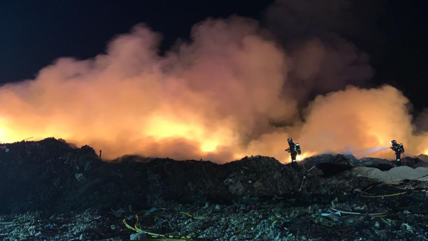 Segundo incendio del verano en el vertedero de Ca na Putxa de Ibiza