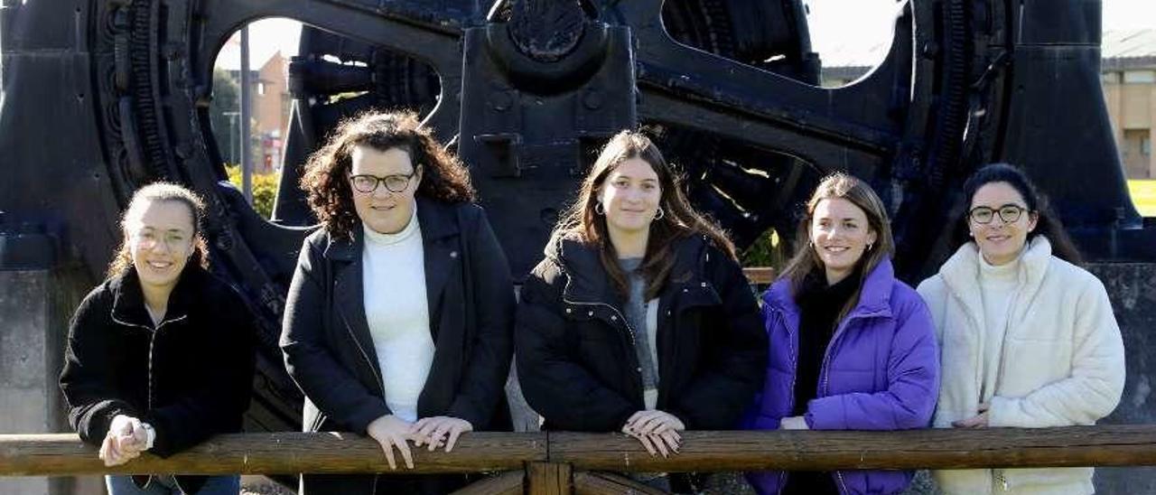 Por la izquierda, Laura Fernández, Laura Montenegro, Marina Alonso, Claudia Llano y Alicia López-Ferrer, en la Escuela Politécnica de Ingeniería de Gijón.