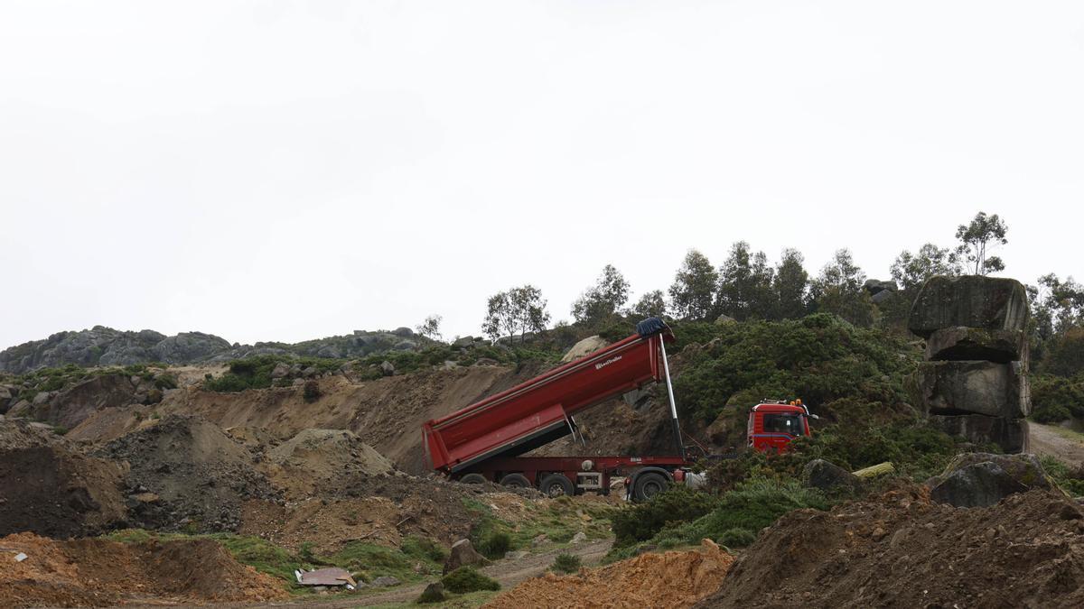 Un camión volcaba ayer tierra en la cantera de Outeiro da Cruz, en Prado.