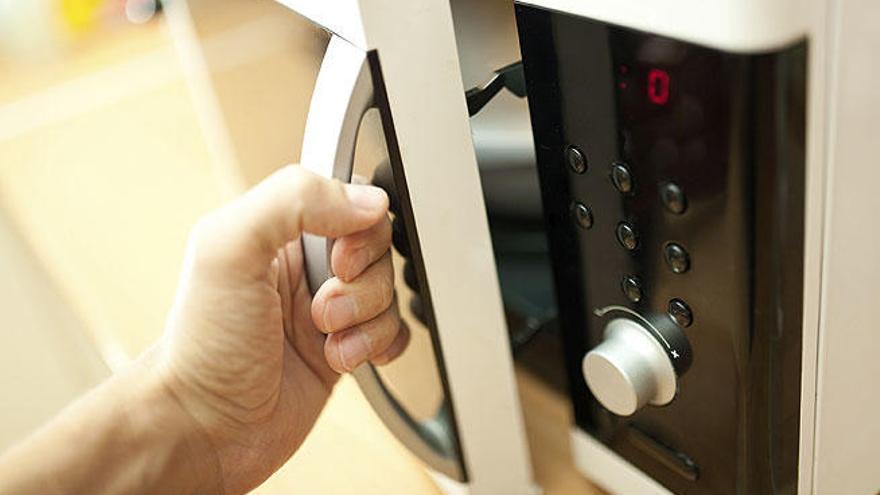 Las 10 cosas que no debes meter en el microondas