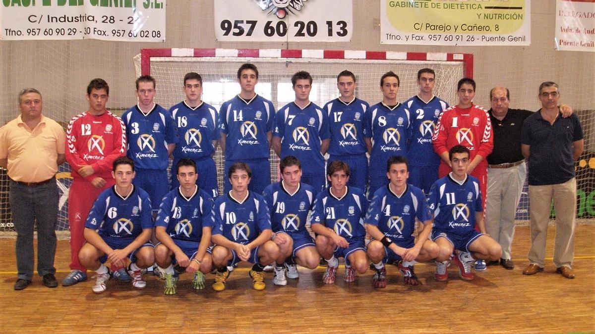 Juanma Burón, en la fila inferior, con el número 10 en una imagen de su etapa formativa en el club.