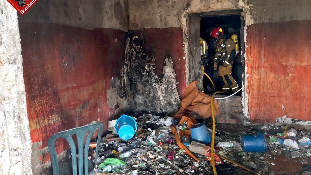 El interior de la casa cueva tras la intervención de los bomberos de Elda.