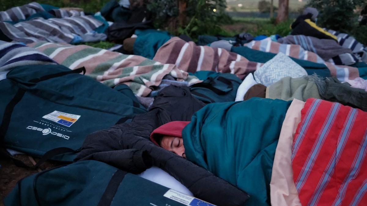 Unos 40 inmigrantes vuelven a dormir a la intemperie en Las Raíces