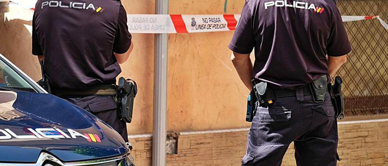 Policías nacionales en una intervención, en una foto de archivo. | ÁXEL ÁLVAREZ