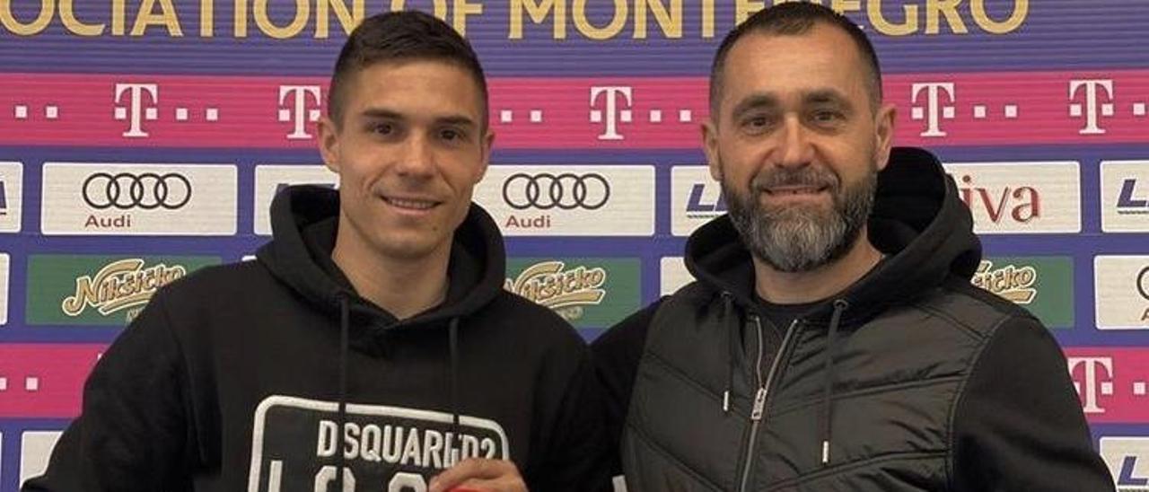 Djuka, con su padre Zoran, con la camiseta de la selección de Montenegro.