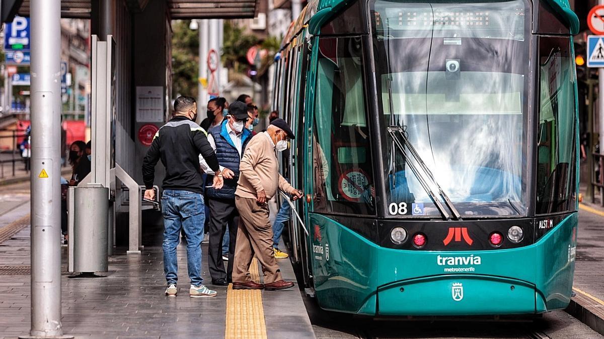 Ciudadanos toman el tranvía en Santa Cruz de Tenerife.