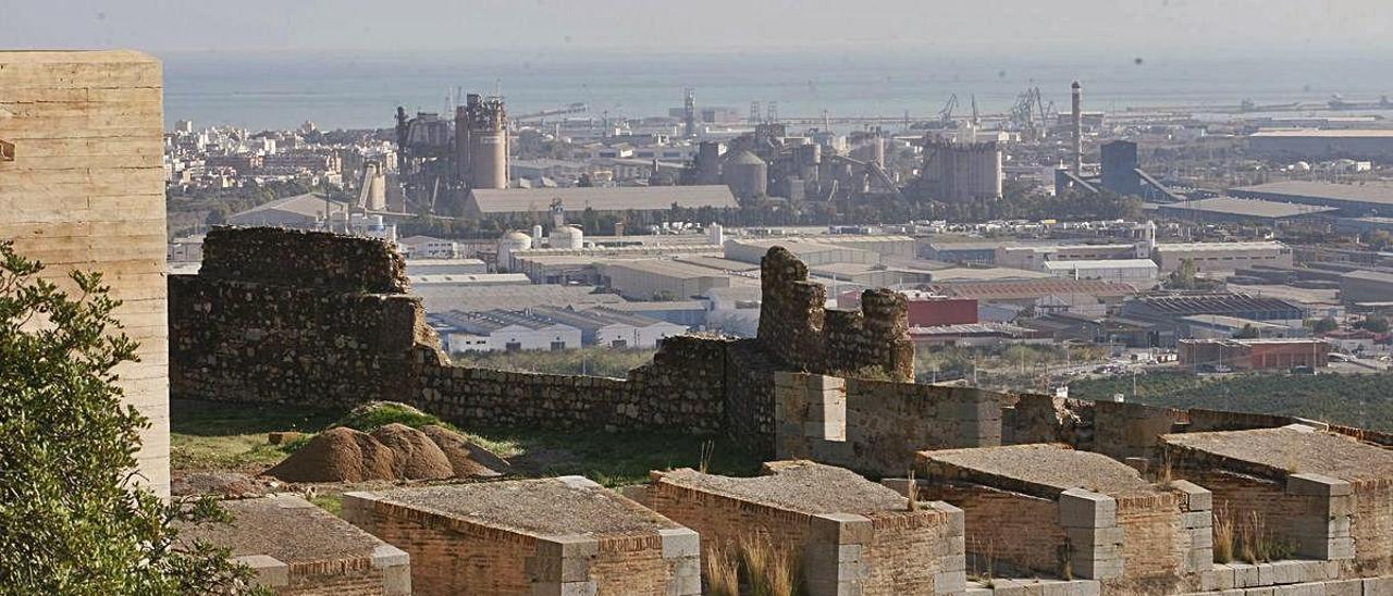 Vista de la zona industrial de Sagunt desde el Castillo.