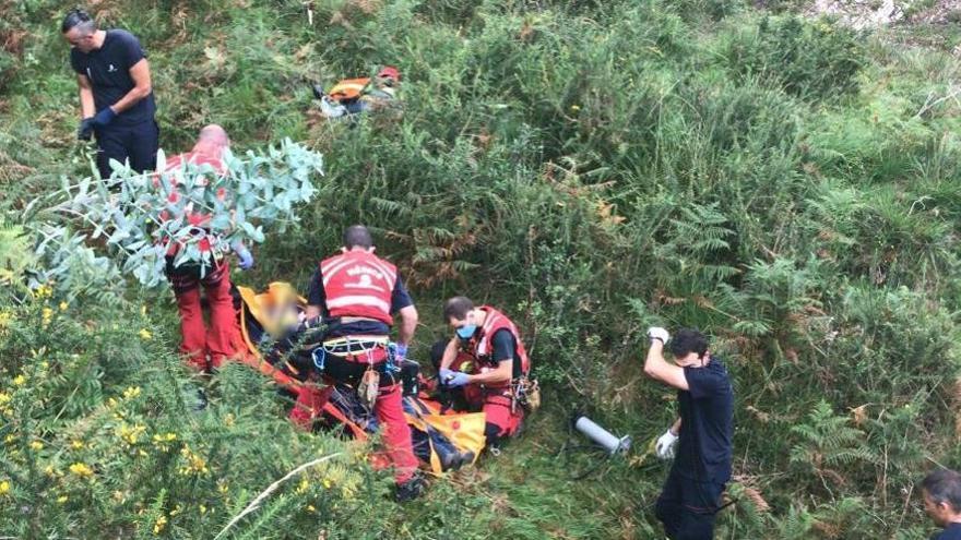 Rescatan en helicóptero a un motorista que había quedado atrapado bajo su moto tras sufrir una caída en Llanes