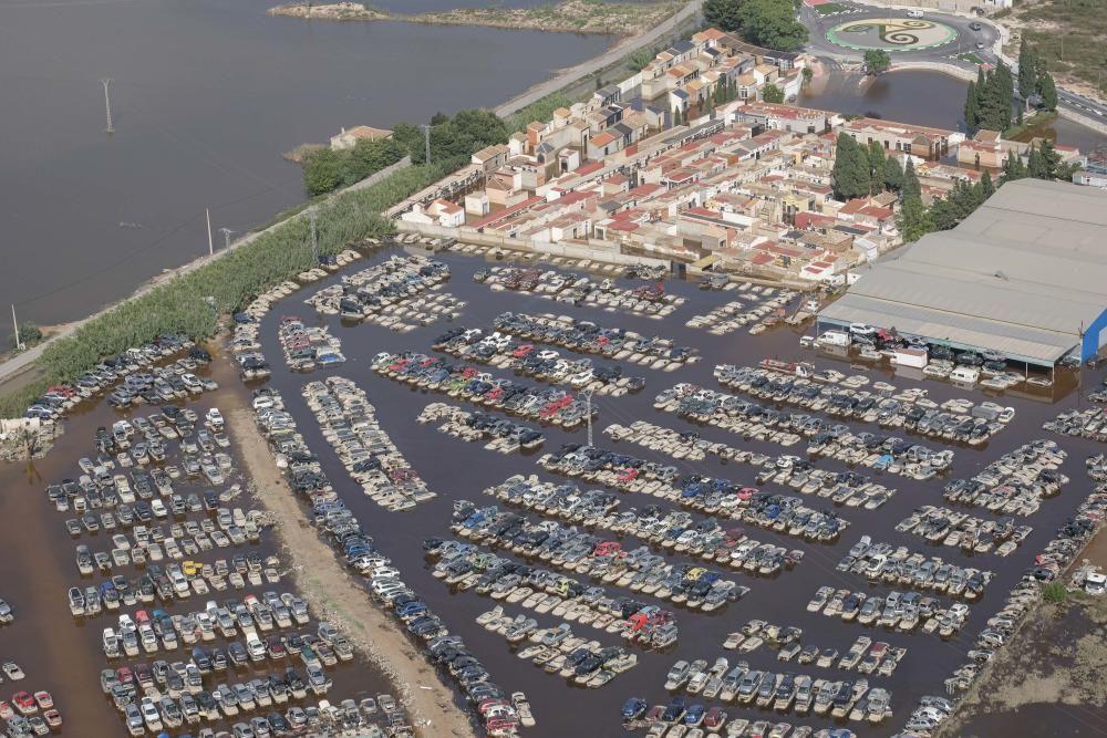 Vista aérea de un aparcamiento de desguace de vehículos en las cercanías de Benejúzar inundado