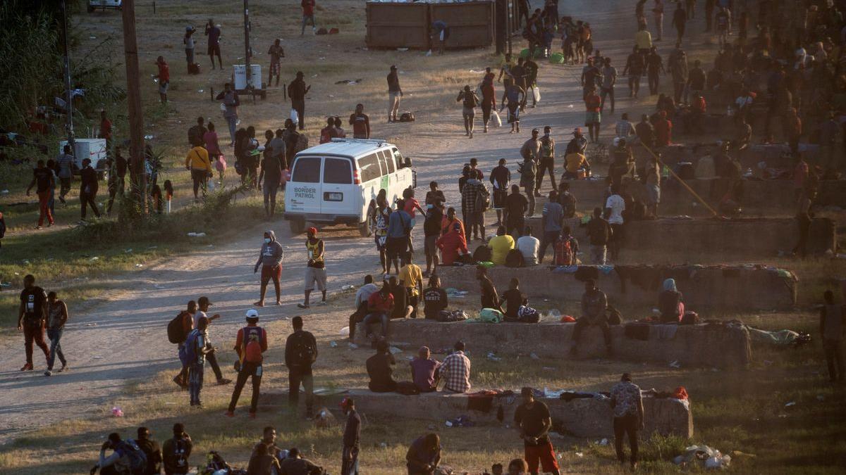 Miles de migrantes en busca de asilo en EEUU esperan a ser atendidos bajo el puente Internacional de Del Río, Texas.