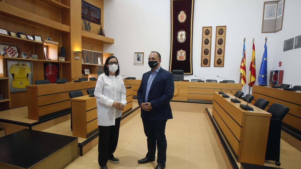 La alcaldesa de Algemesí, Marta Trenzano, ayer en el salón de actos del ayuntamiento junto al vicepresidente Dalmau.