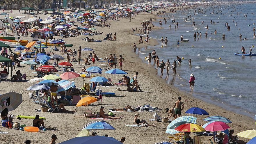 La Playa de San Juan cuadruplica el nivel de covid en aguas residuales en una semana