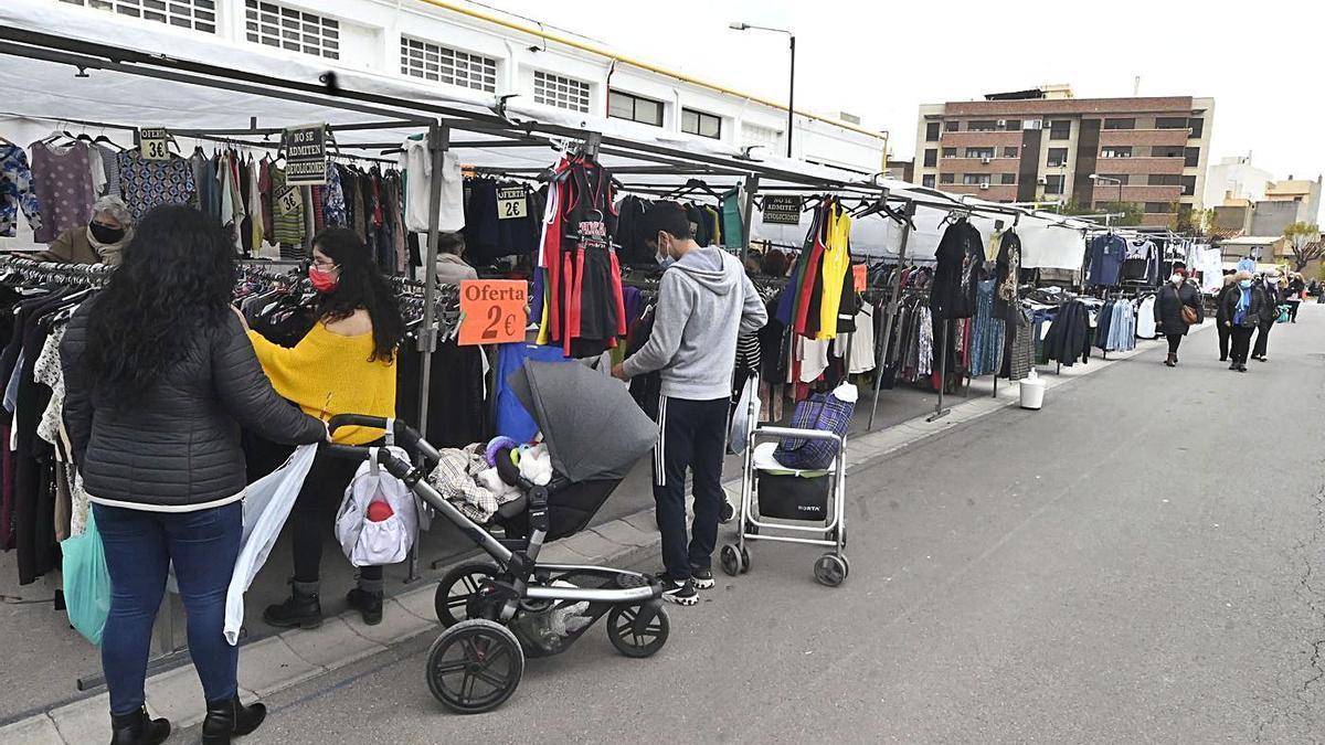 Imagen, ayer, del ambiente en el mercado de ropa y complementos en la calle junto a la Ciutat Esportiva Municipal. | MANOLO NEBOT