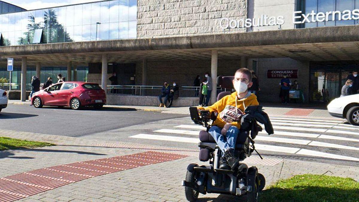 Héctor Álvarez acudió ayer a recoger el tratamiento al Hospital Clínico de Santiago. |  // CEDIDA