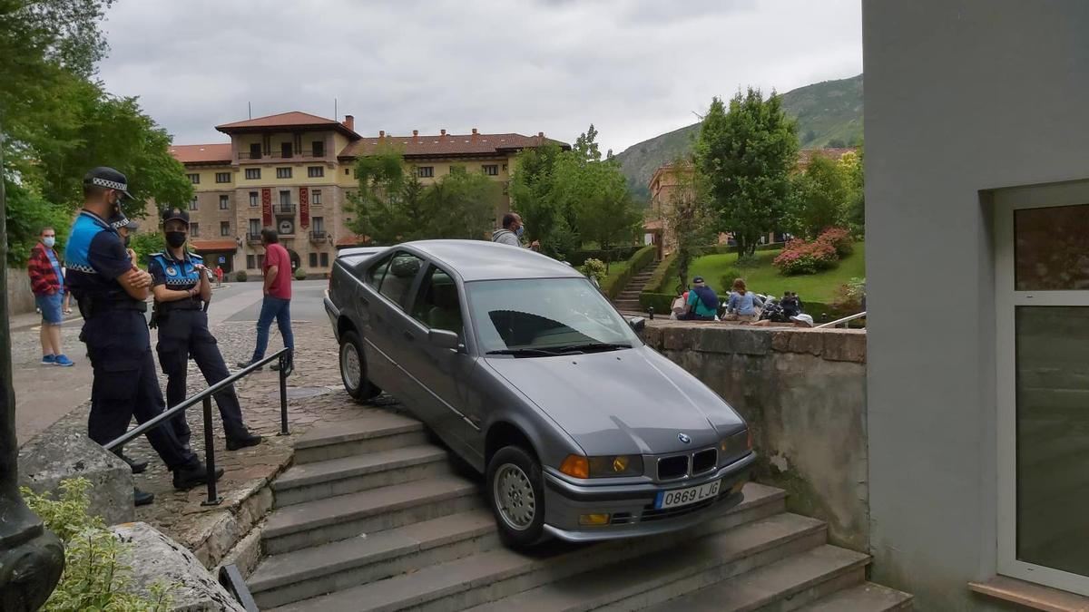 El vehículo, atascado en la escalinata.
