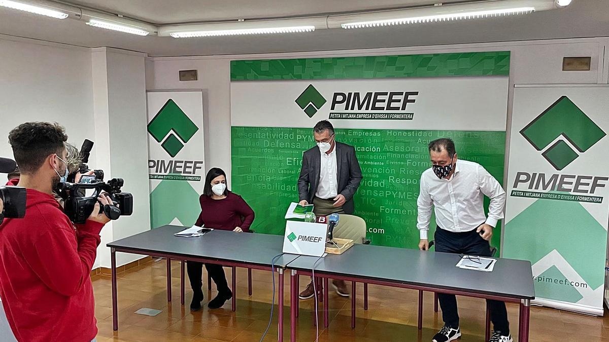 Maria Àngels Marí, Alfonso Rojo y Pep Mayans, ayer, antes del inicio de la rueda de prensa en la sede de la Pimeef. | D. I.