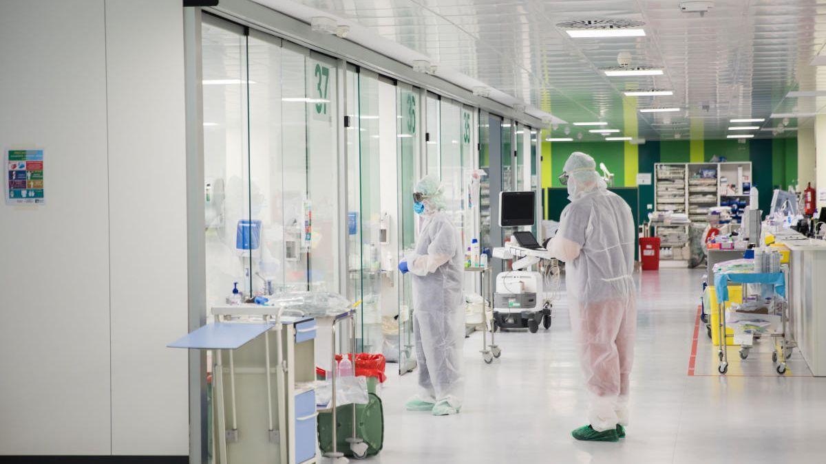Sanitarios en una sala de covid de un hospital valenciano.