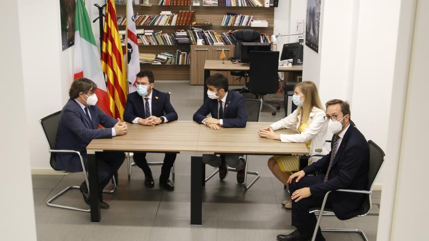 Puigdemont es troba amb Pere Aragonès i el vicepresident del Govern, Jordi Puigneró, a Sardenya
