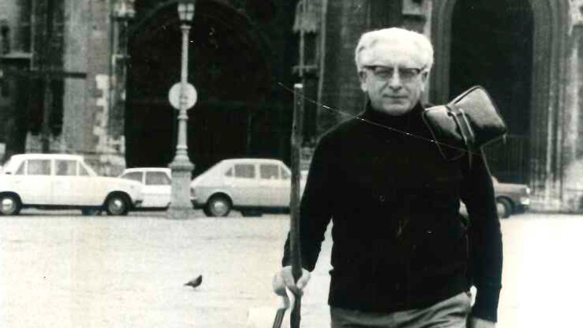 Herbert Simon, iniciando la ruta a Santiago el 1 de julio de 1980 desde la Catedral de Oviedo, al fondo.