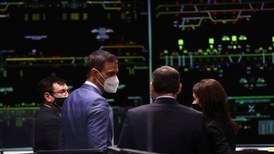 Sánchez visita el centro de Adif en Atocha
