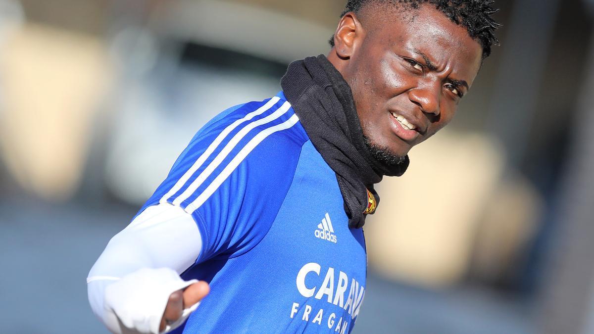 Bikoro, antes de un entrenamiento con el Real Zaragoza.