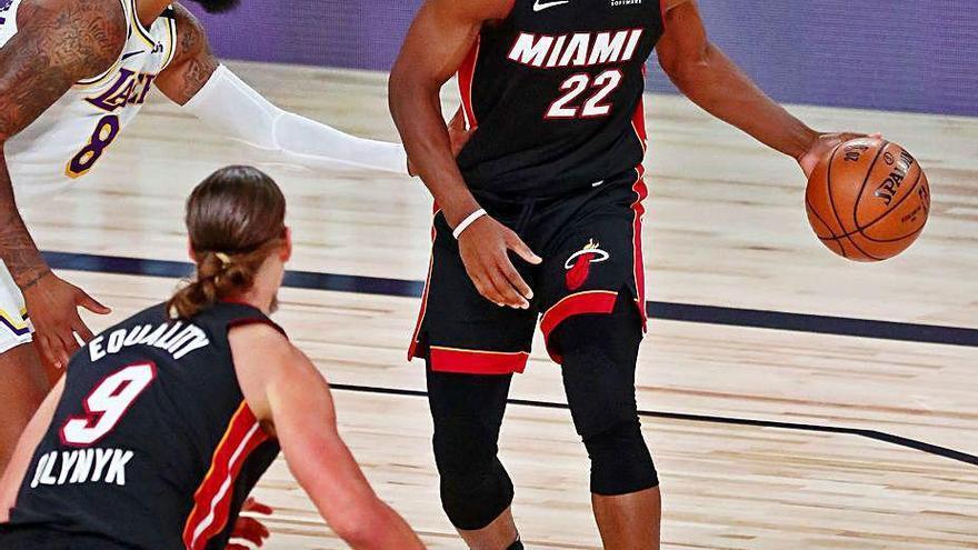 Butler se agiganta para insuflar vida a Miami Heat en la final