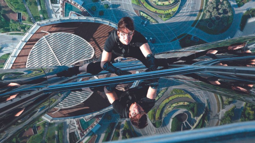 Tom Cruise reanuda el rodaje de 'Misión imposible 7' saltando al vacío en una moto