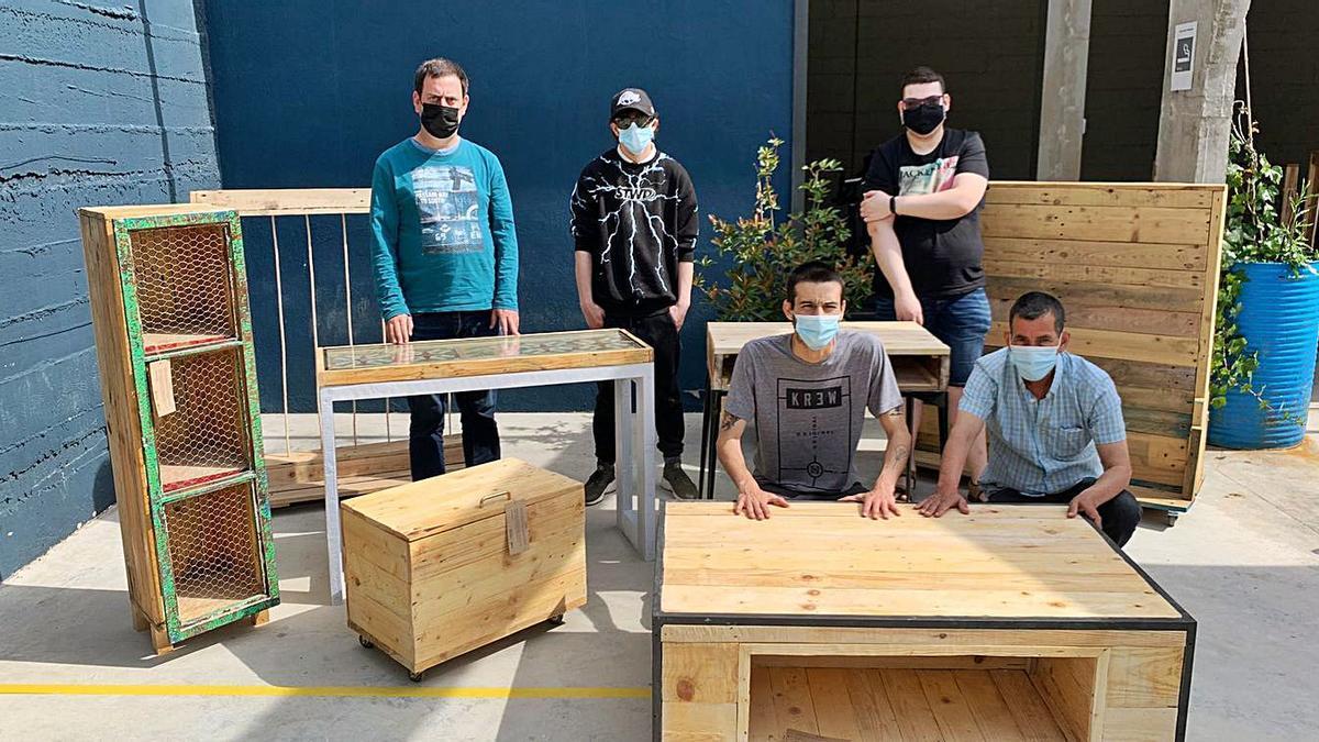 Participants al projecte de reciclatge de mobles d'Ampans | ARXIU PARTICULAR