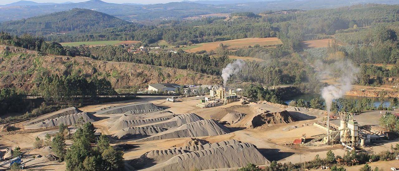 Extracción de áridos en la antigua Corta Arinteiro, en la mina de cobre de Touro-O Pino (A Coruña)