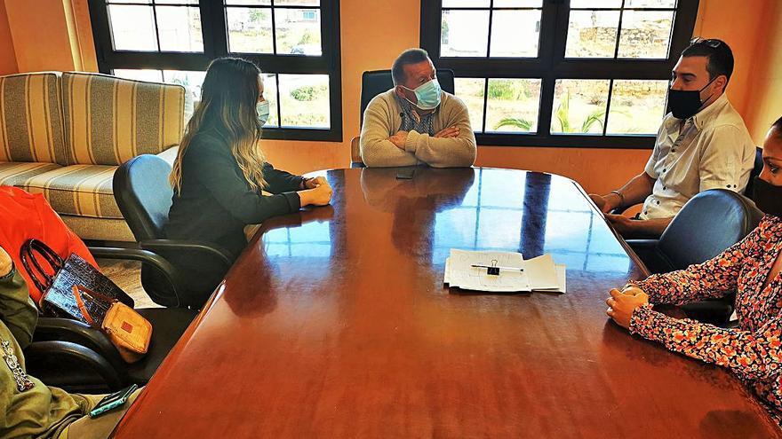 El alcalde de Antigua expone a la nueva asociación AREA la gestión del Ayuntamiento